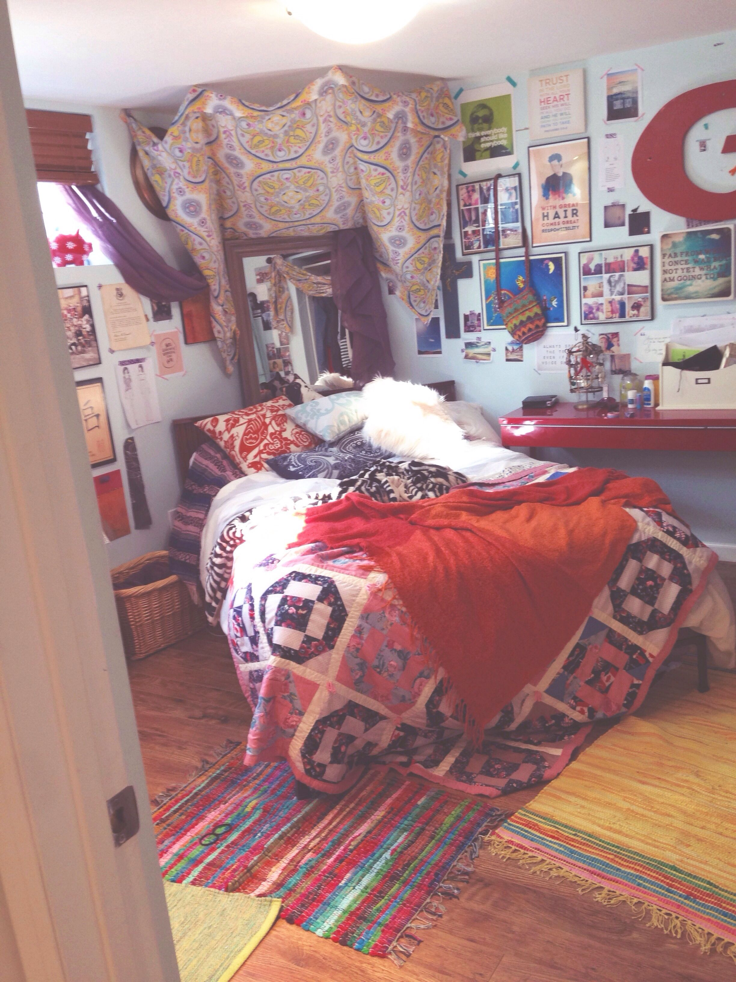 Boho Chic Bedroom Decor, Gypsy Chic Decorating. Tumblr Inspired Bedroom.  Colourful Bedroom. Lots Of Pillows And Blankets.