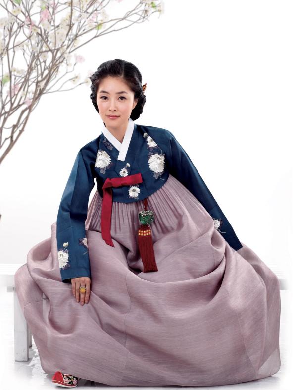Hanbok The Traditional Korean Dress Hanbok South Korea Or Chosŏn Ot North Korea Is The Traditional Korean Korean Outfits Korean Dress Traditional Outfits