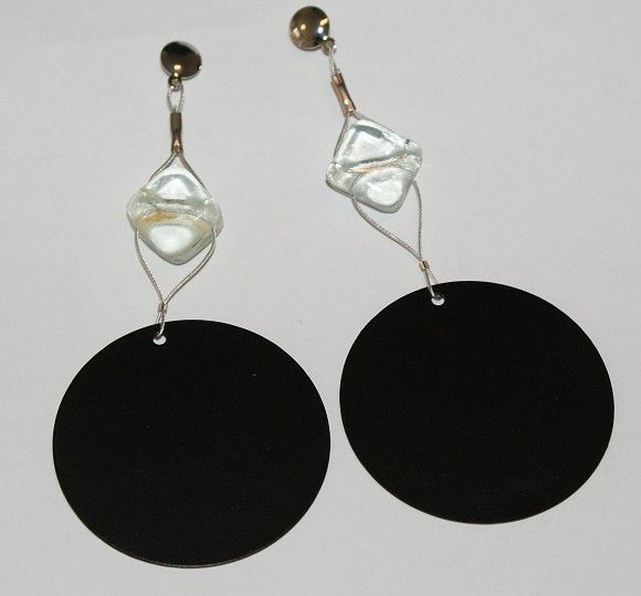 Brincos com conta de vidro cristal e peças metálicas pretas. peça exclusiva. R$16,00