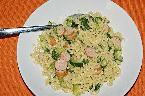 Gabelspaghetti mit Brokkoli, Zucchini und Würstchen