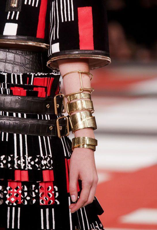 Les bracelets de force d'Alexander McQueen http://www.vogue.fr/joaillerie/tendance-des-podiums/diaporama/tendances-bijoux-fashion-week-printemps-ete-2014-chanel-valentino-alexander-mcqueen-ralph-lauren-dolce-gabbana-fendi-gucci-balmain-lanvin/15402/image/863404#!tendances-bijoux-fashion-week-printemps-ete-2014-alexander-mcqueen