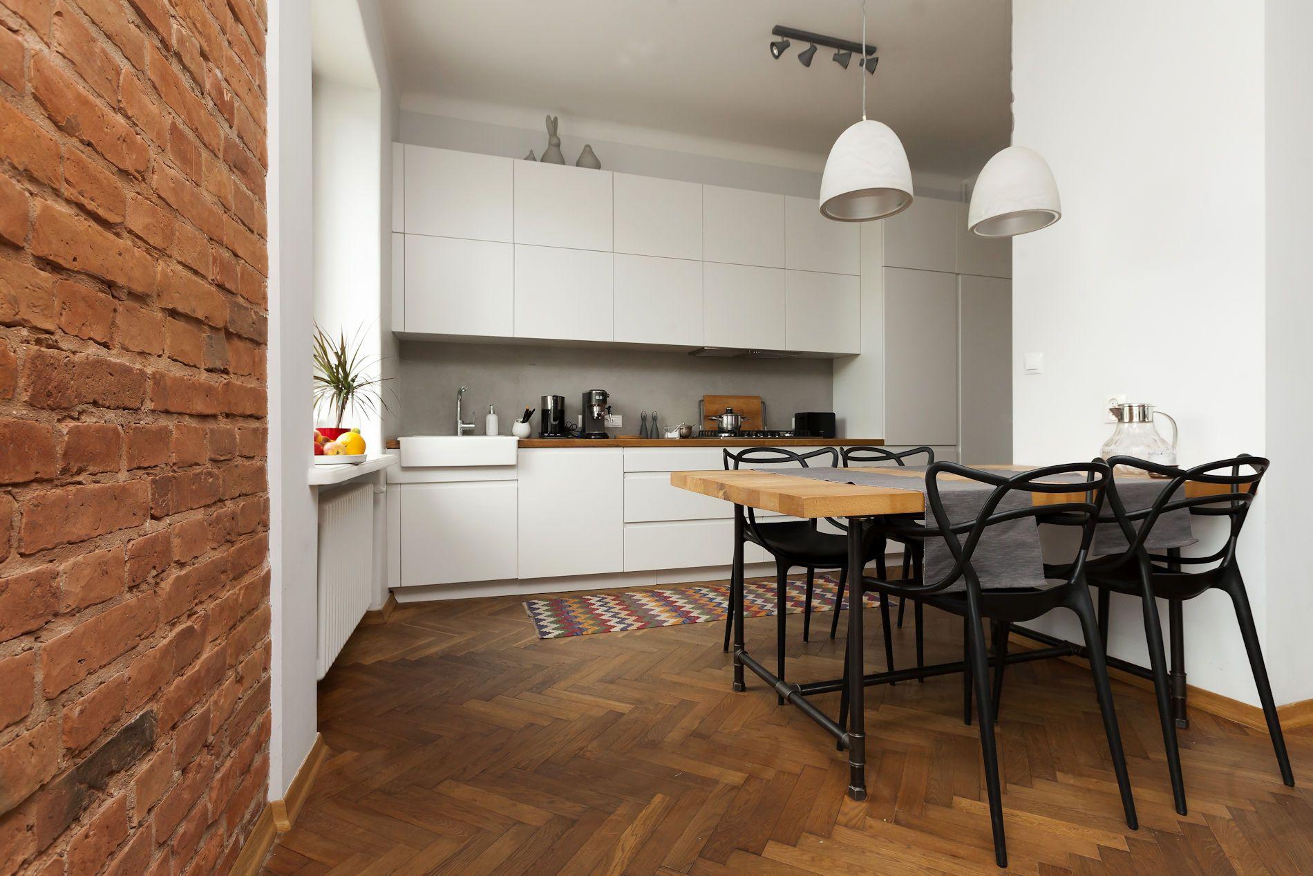 Bellissima foto di una cucina con pavimento in legno ...