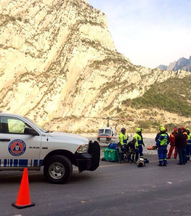 Protección Civil Santa Catarina y Nuevo León trabajando como equipo durante un rescate en la Huasteca. Cascos EOM y goggles ESS en acción. EMS Mexico  Equipando a los Profesionales