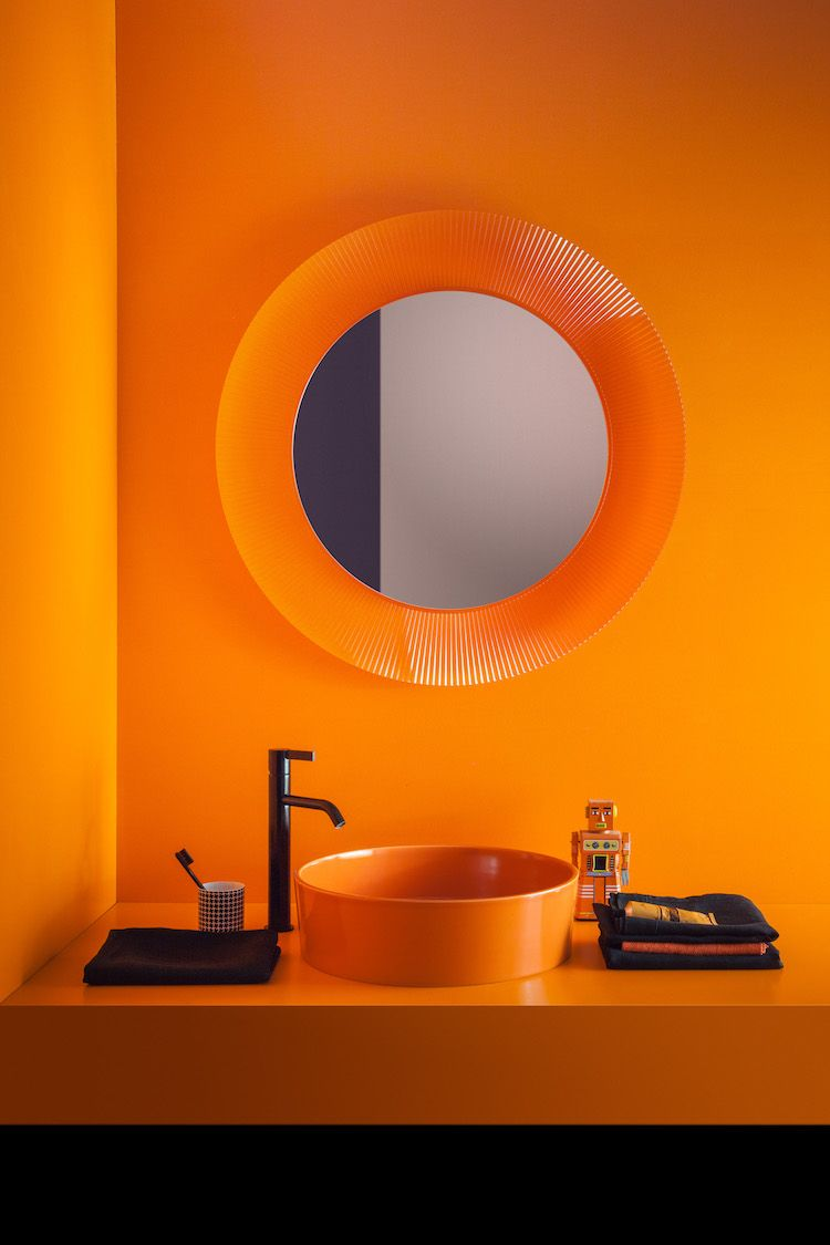 le total look orange dans cette salle de bain kartell by