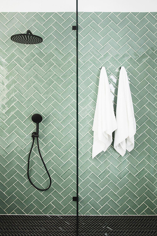 Groene visgraat tegels moderne badkamer inspiratie met zwarte kranen #badkamerinspiratie