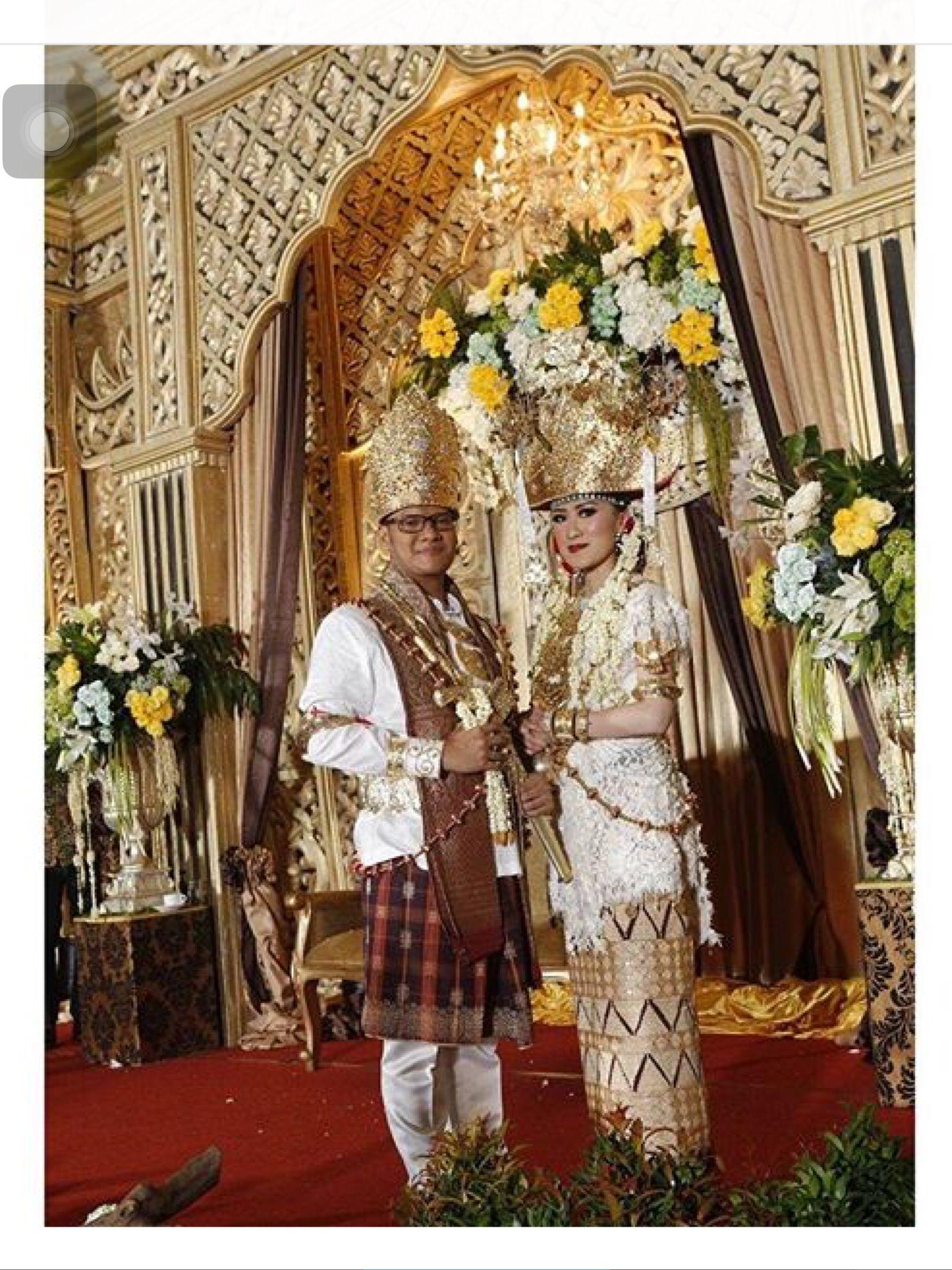 Pakaian Pengantin Adat Lampung Saibatin