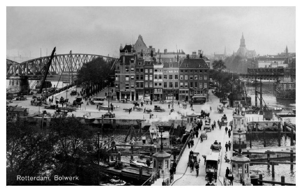 Bolwerk-en-de-Oudehaven-met-de-Koningsbrugvanaf-een-bovenhuis-aan-het-Oudehoofdplein-uit-het-oosten.-1935