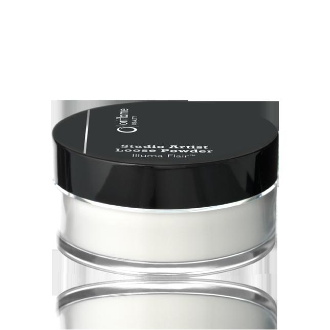 Hienojakoinen, valkoinen puuteri muuttuu iholla läpinäkyväksi ja se sopii kaikille ihon väreille. Irtopuuteri kiinnittää meikin ja pitää ihon mattapintaisena. Valoa heijastava Illuma Flair™ saa ihon näyttämään heleältä kaikissa valoissa. 7 g.