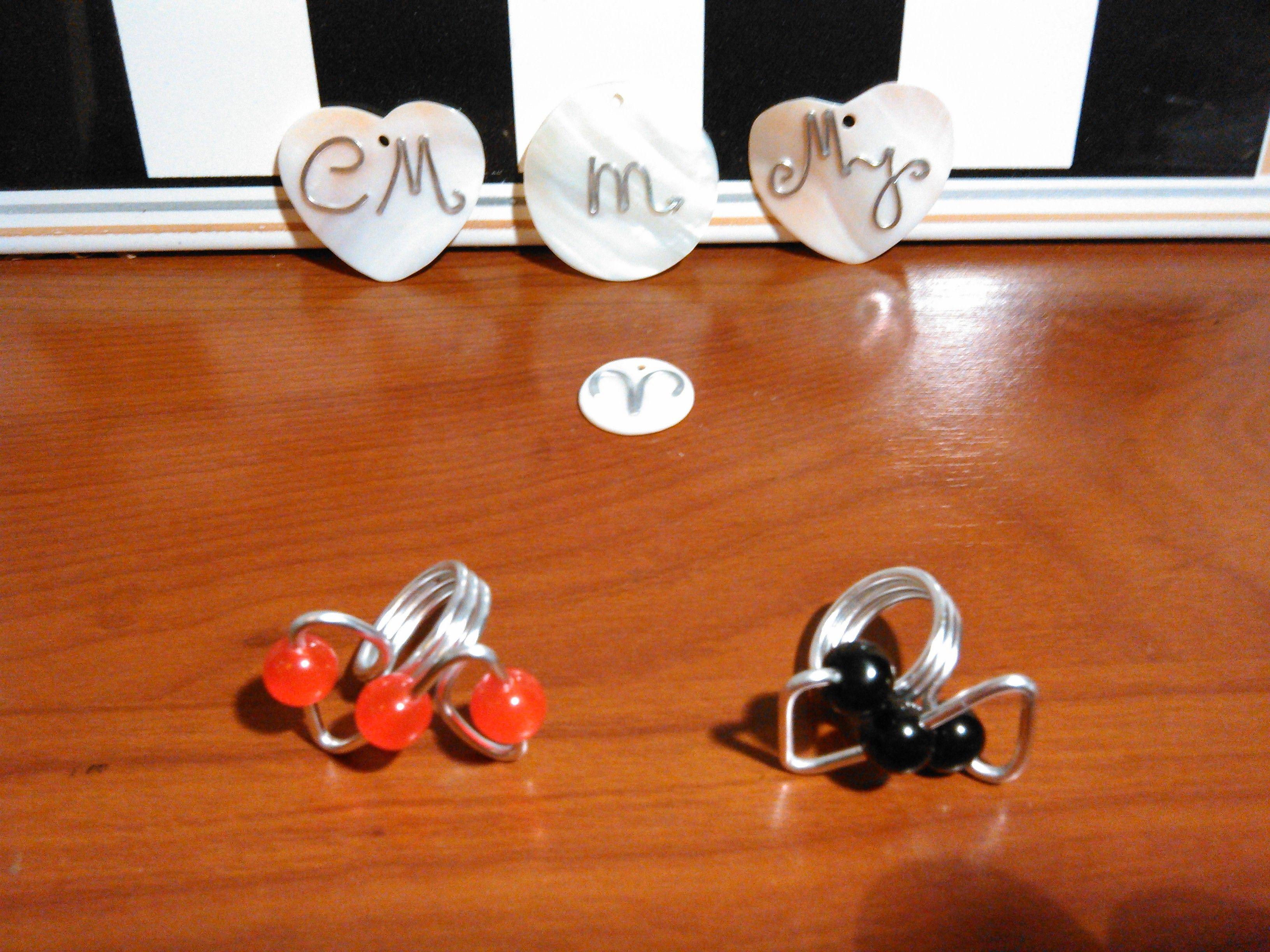 Anéis e CM, MJ, símbolo do zodíaco escorpião e carneiro
