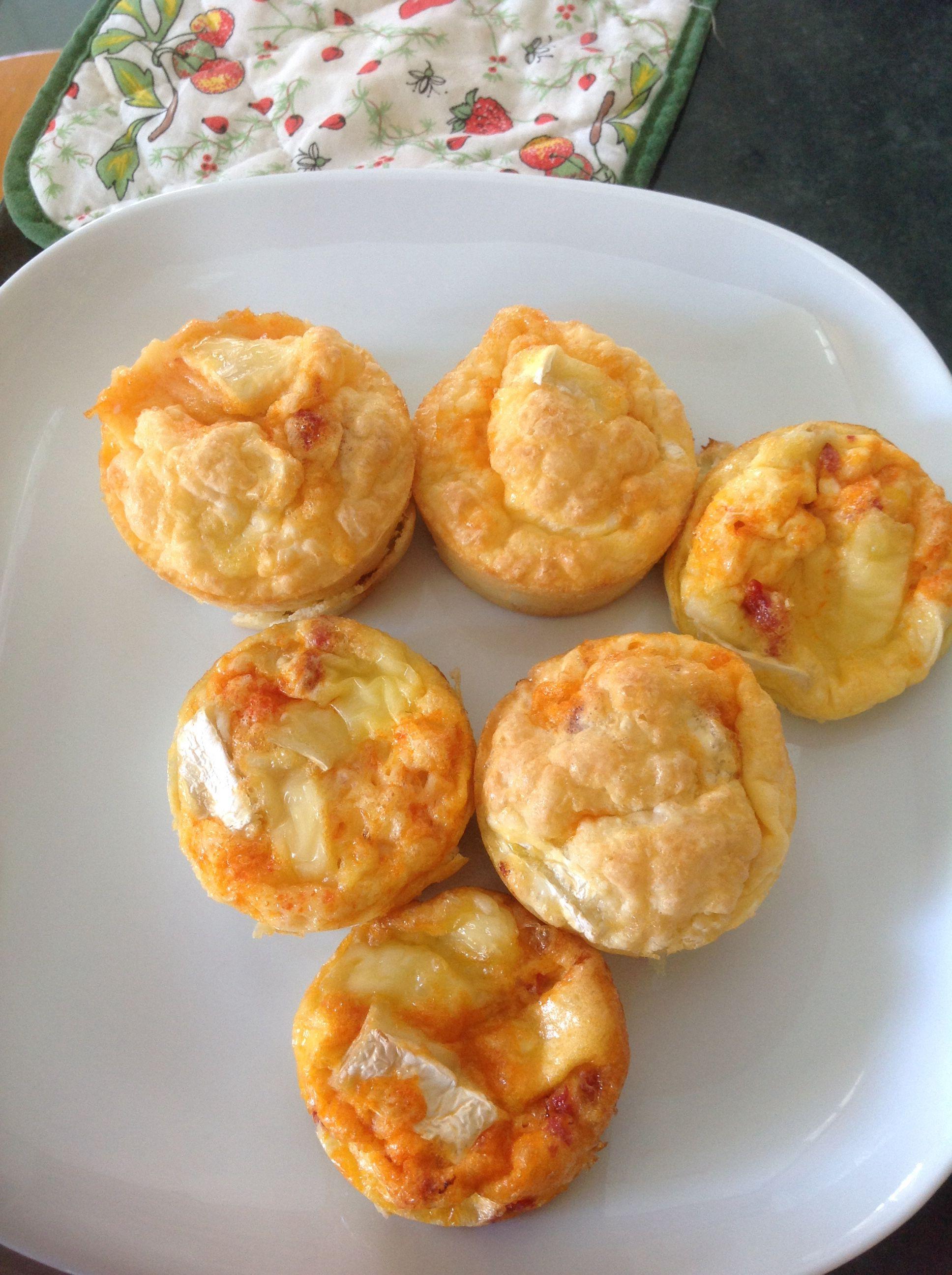 Muffins de tortilla de chorizo y queso brie.