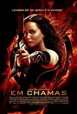 """Katniss Everdeen retorna a salvo, depois de ter ganhado o 74º Jogos Vorazes com o colega Peeta Mellark. Vencer significa que eles devem retornar e abandonar sua família e amigos próximos, embarcando na """"Turnê da Vitória"""" nos distritos. No decorrer do percurso, Katniss sente que uma rebelião está em ebulição, mas o congresso continua fortemente no controle, ao mesmo tempo que o Presidente Snow prepara o 75º Jogos Vorazes"""