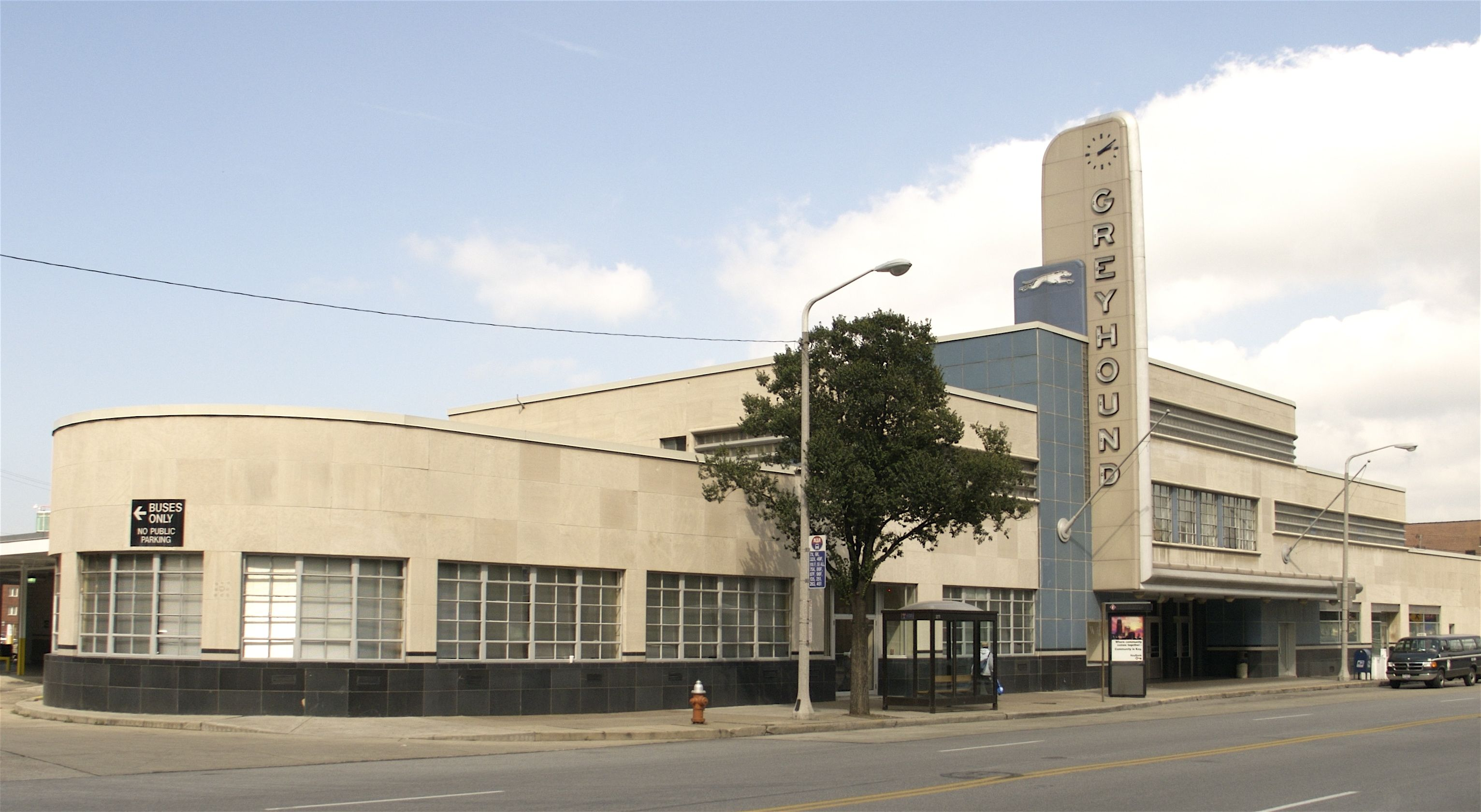 The Greyhound Bus Terminal In Cleveland Ohio The Shape Of This Design Is Shown Through The Horizontal Streamline Moderne Art Deco Architecture Greyhound Bus