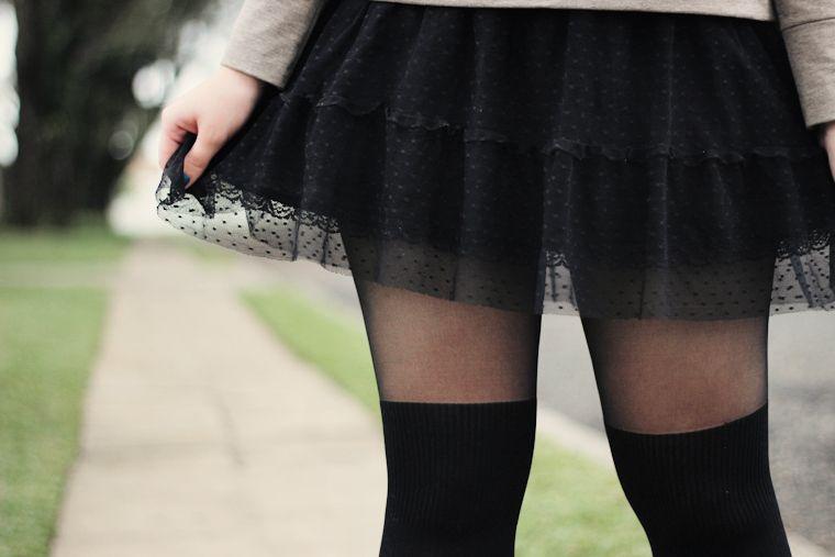 2f07329aca Look com moletom cinza saia de renda e poá preta e meia calça 7 oitavos e  coturno