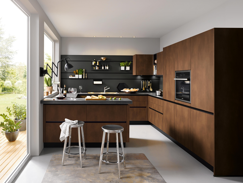 Moderne Küche aus braunem Holz mit Kochinsel / Bar