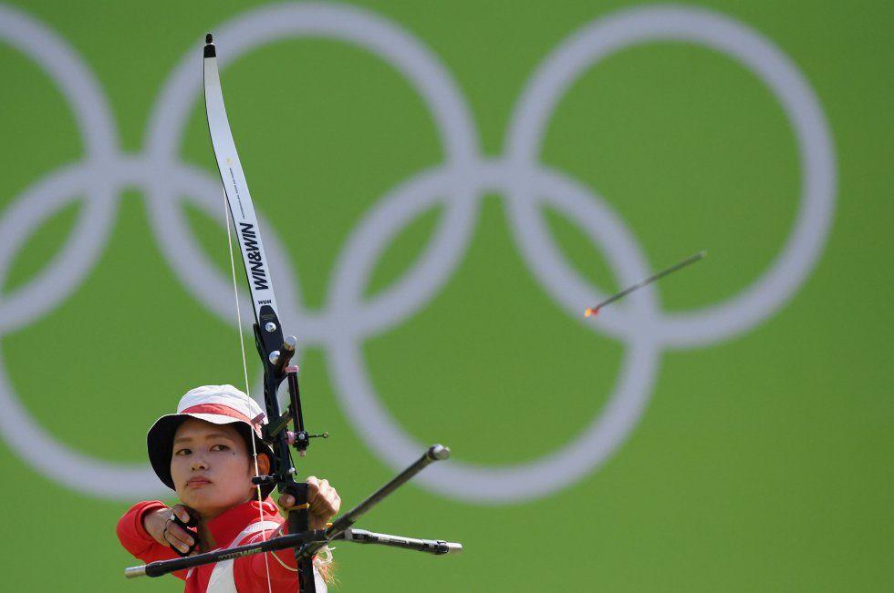 La japonesa Kaori Kawanaka compite en la ronda de clasificación en la especialidad de tiro con arco.