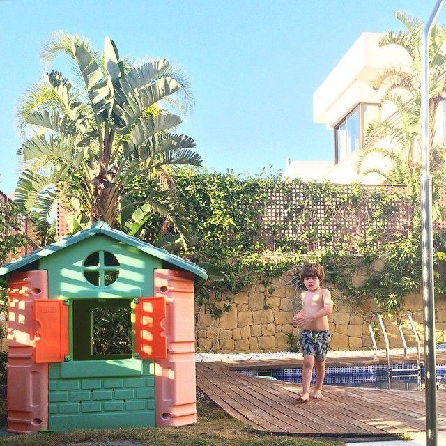 Tardecita en el jardín... con este tiempo no apetece encerrarse en la casa. Aishhhh que día de sueño más tonto he tenido hoy (lunes que poquito me gustas). Espero que el vuestro haya sido más espabilado.  Un besito, familia! #PequeDavid #monday #enjoy #play #planazo #sunny #CostadelSol #igersMalaga #home #homesweethome #pool #shamoftheperfect #childhoodunplugged #followme #love #cute #nice #potd #bestoftheday #boy