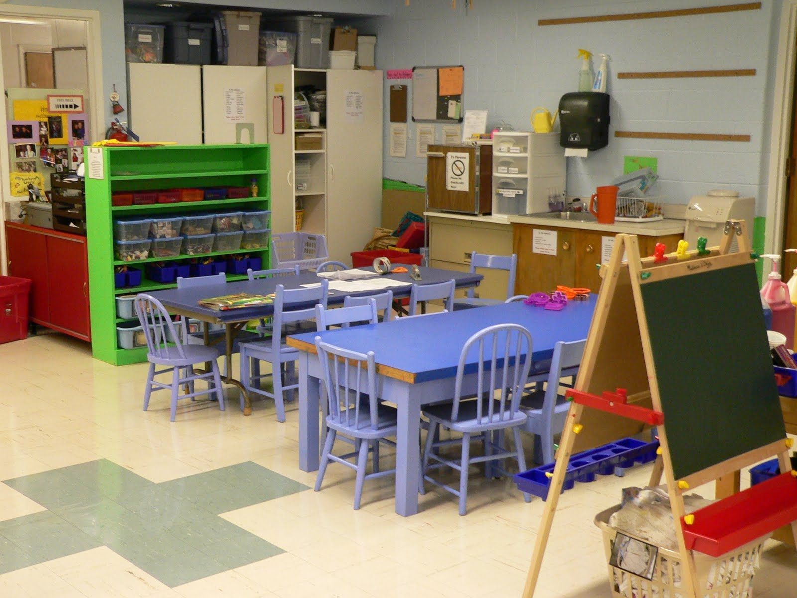 This is a great organzied art area for a classroom with