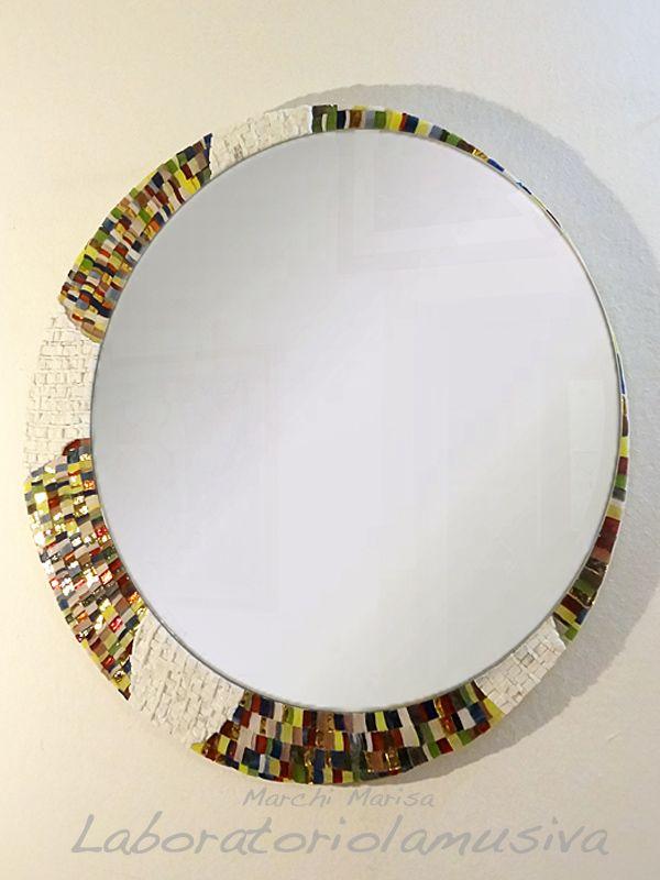 Specchiera tonda rivestita a mosaico. Marmo, paste vitree e vetro specchiato. Multicolor