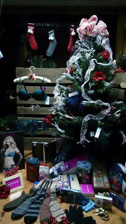 Diseño de escaparate para tienda de lencería en Negreira A-UV www.a-uv.es