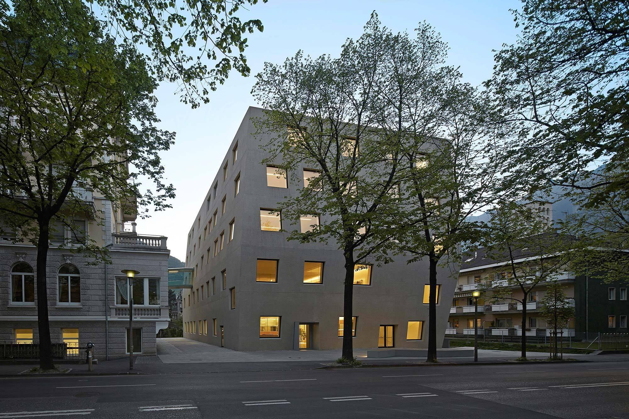 Berufsschule in Meran / Felsblock aus Sichtbeton - Architektur und Architekten - News / Meldungen / Nachrichten - BauNetz.de