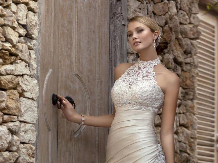 Frisur Fur Ein Neckholder Kleid 25 Ideen Fur Ihre Hochzeit Frisur Hochzeit Ideen Kleid Neckholder Kleid Mit Halsband Neckholder Kleid Schone Kleider