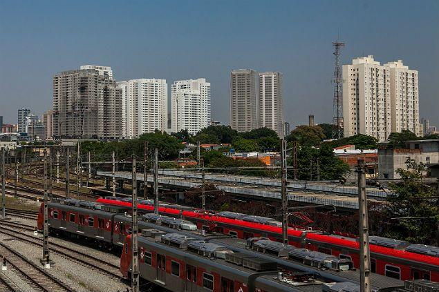 Trens da estação da CPTM Presidente Altino, cercada por novos prédios, em Osasco