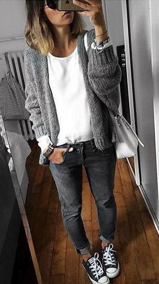 Graue Strickjacke, weißes T-Shirt und Umhängetasche, schwarze Röhrenjeans, schwarze Zehn