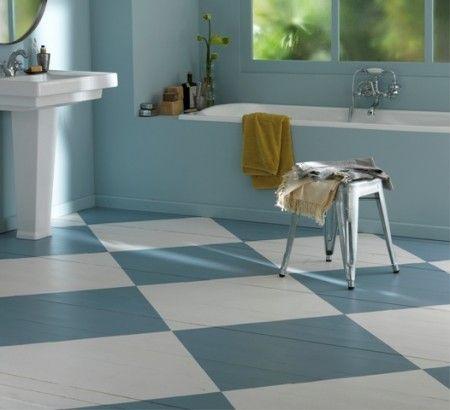salle de bains avec parquet peint effet damier bleu et blanc