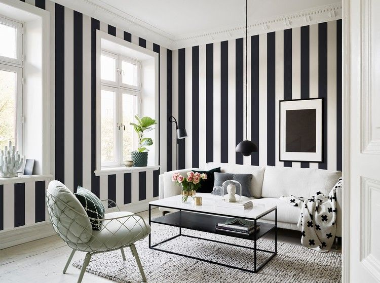 Dekoration für Wohnzimmer mit gestreifter Tapete Wohnideen