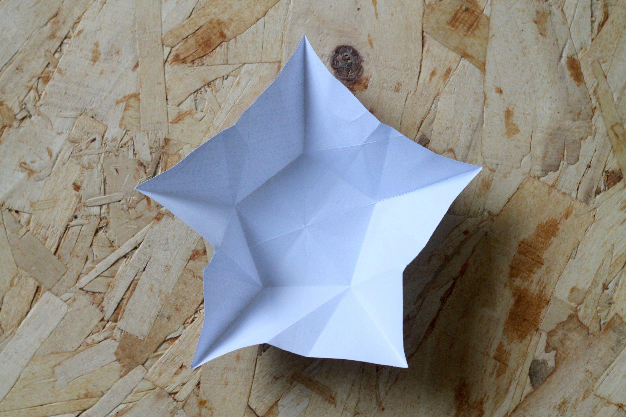 Sådan folder du flotte stjerner af farverigt papir.