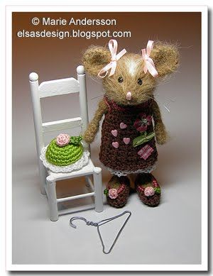 little girl mouse......I love the crochet outfits on these little felted mice...sooo cute!