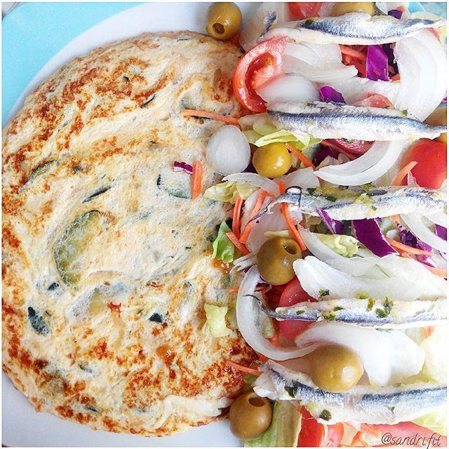 Comidita bien fresquita #lowcarb tortilla de 1 huevo de granja y 5 claras de calabacín&cebollita y ensalada 4 estaciones con tomate, cebolla, olivitas, y boquerones
