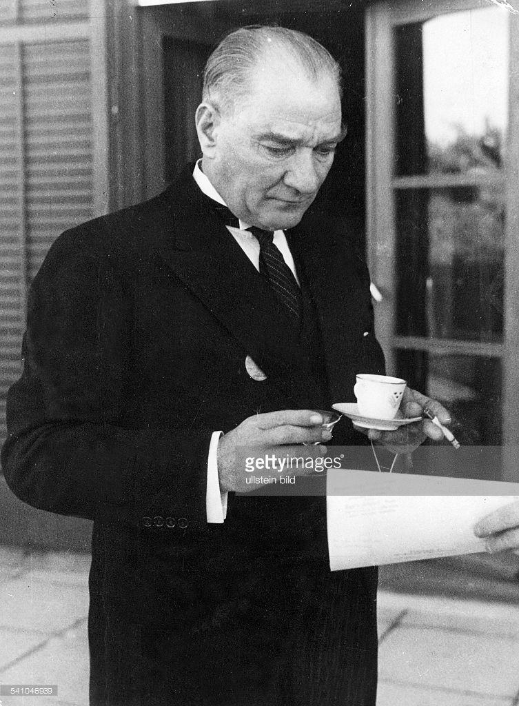 Ataturk, Kemal *12.03.1881-+Politiker, Türkeitrinkt Kaffee am Rande des Empfangs fürden schwedischen König in AnkaraOktober 1934