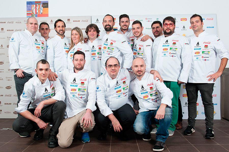 Los ocho participantes junto a sus ayudantes