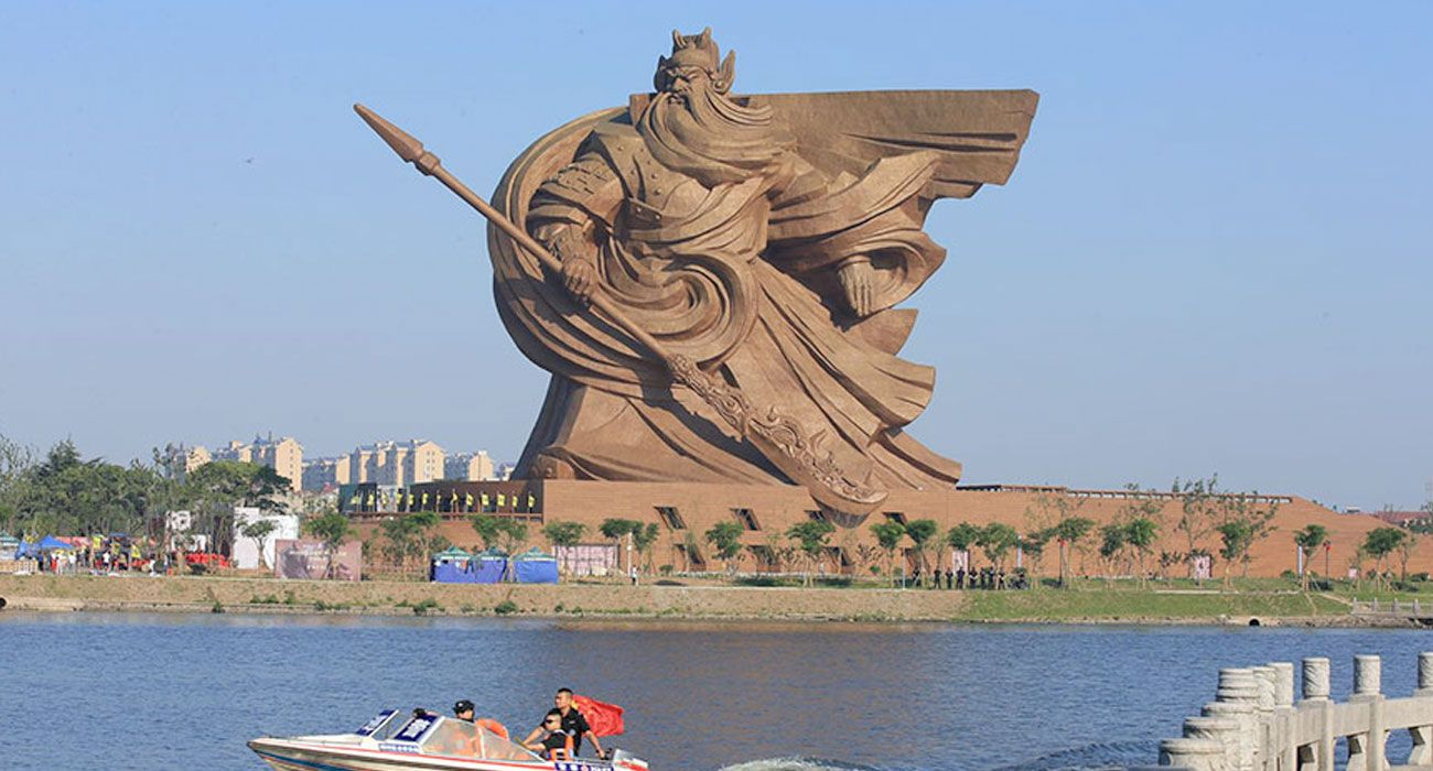 La statua del dio della guerra è alta 58 metri e sembra venire da un altro millennio