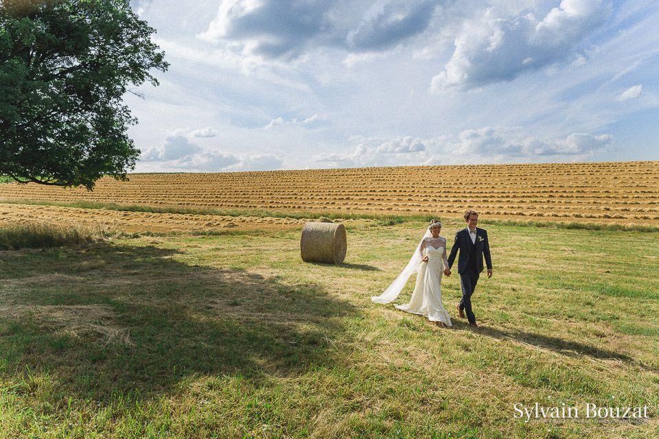 devant un champs de bl coup et une botte de paille les mari s avancent photos mariages. Black Bedroom Furniture Sets. Home Design Ideas
