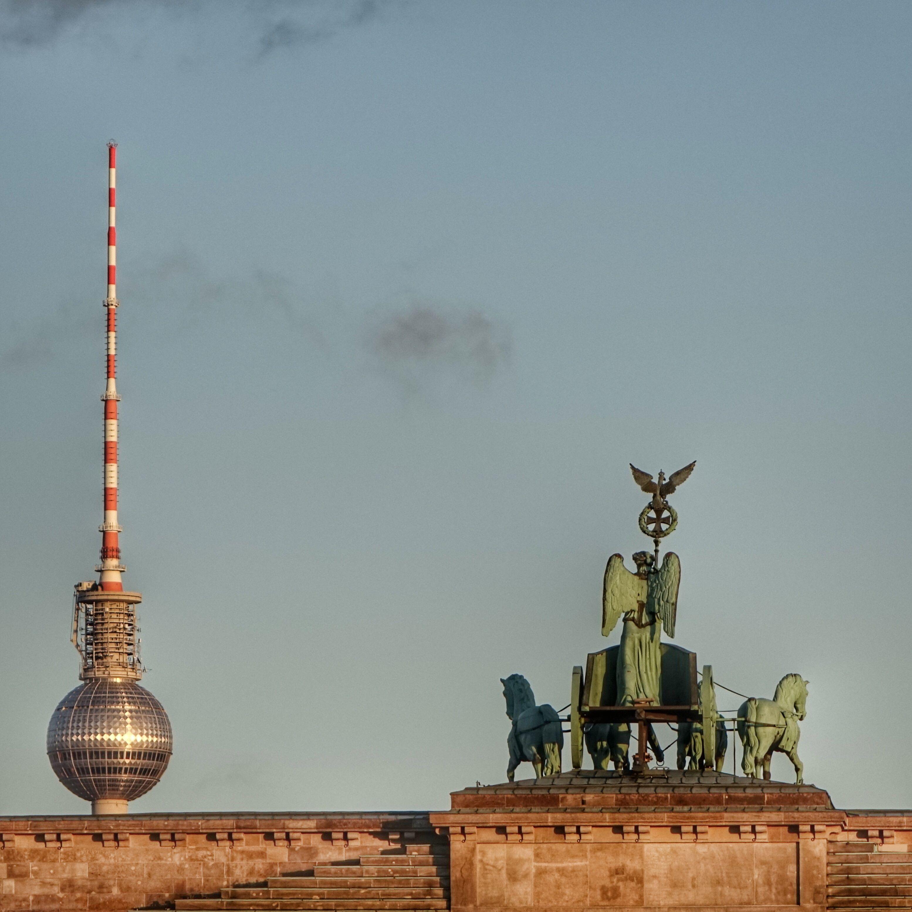 Berlin Deutschland Quadriga Auf Dem Brandenburger Tor Mit Fernsehturm Berliner Luft Fernsehturm Brandenburger Tor Und Berlin