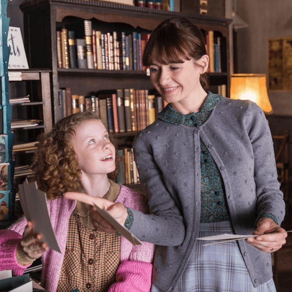 Dica De Filme A Livraria The Bookshop Lancado Em 2017 Tem Direcao De Isabel Coixet E E Estrelado Por Emily Celebrities Female Bookshop Emily Mortimer