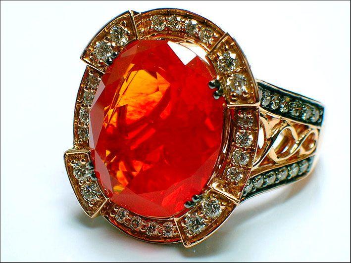 Anello con opale rosso del Messico