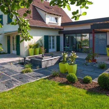 maison moderne avec terrasse et pelouse id e jardin. Black Bedroom Furniture Sets. Home Design Ideas
