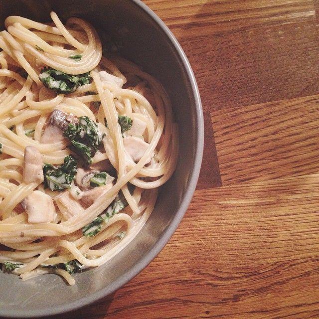 Krämig pasta med svamp, grönkål och lök i sojagrädde Koka pastan något kortare än angivet på paket.  Häll av vattnet. I med sojagrädde, svampbuljong, hackad svamp, pressad citron, lök och kål i någon minut. #vegan #veggo #grönkål #veganfood #veganskmat #pasta #svamp #mushroom #krämigpasta #creamypasta #alprosoya