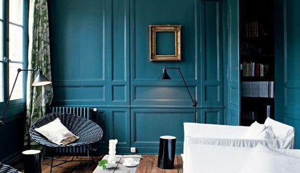 Lambris, plinthes, escaliers... Peindre les boiseries permet souvent de mieux les intégrer à l'espace intérieur, tout en apportant une touche de couleur dans la maison. Nos 4 conseils pour colorer les ornements en bois.