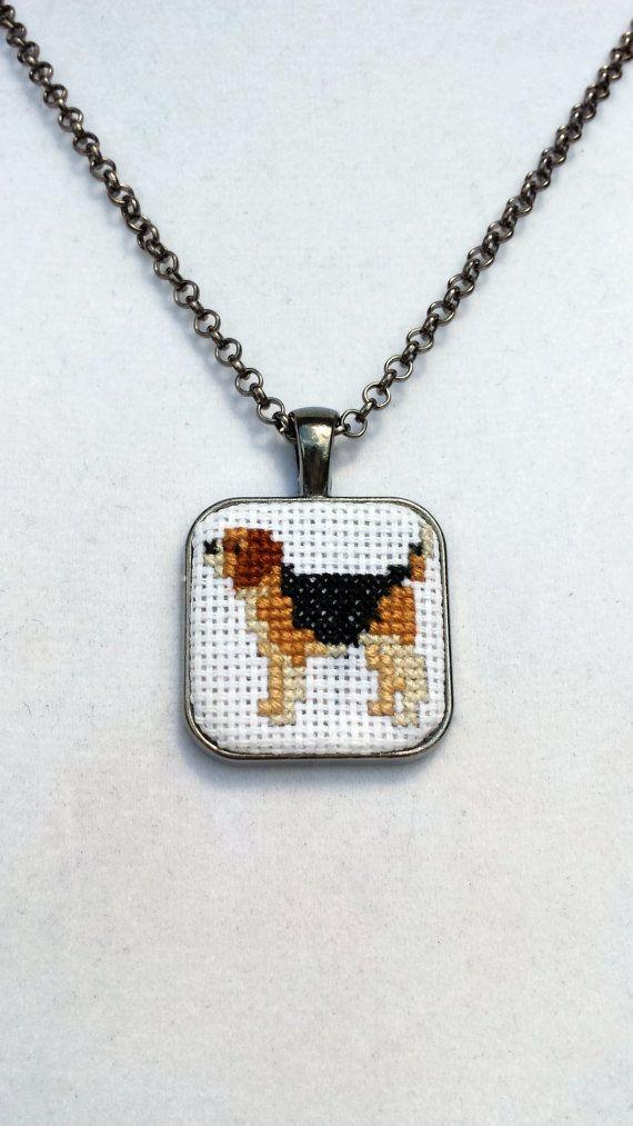 Mini Cross Stitch Beagle Halsbandanhänger von AmmyDawneCrochet