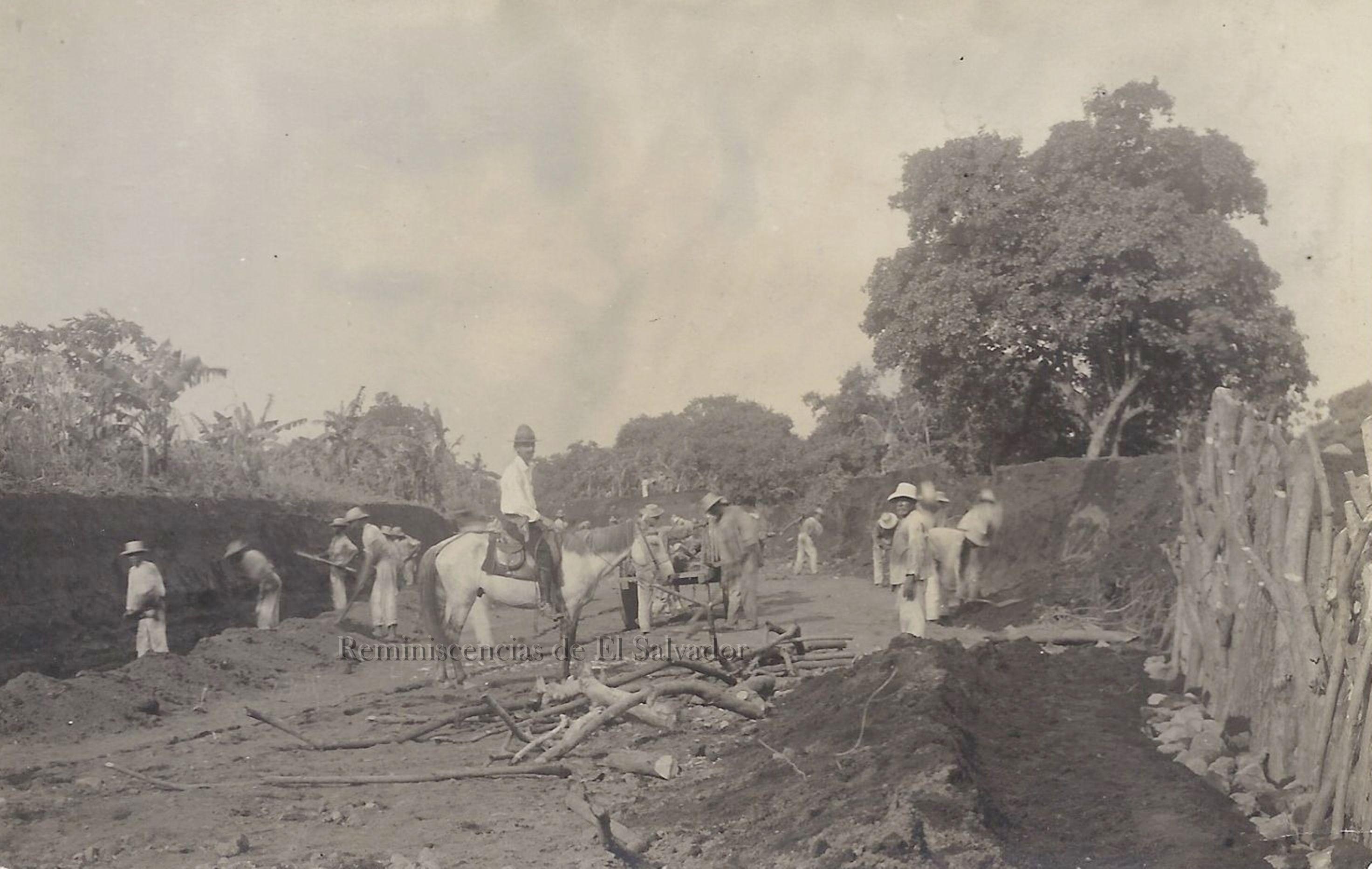 1918, Salvadoreños, abriendo caminos en el algun lugar de El ...