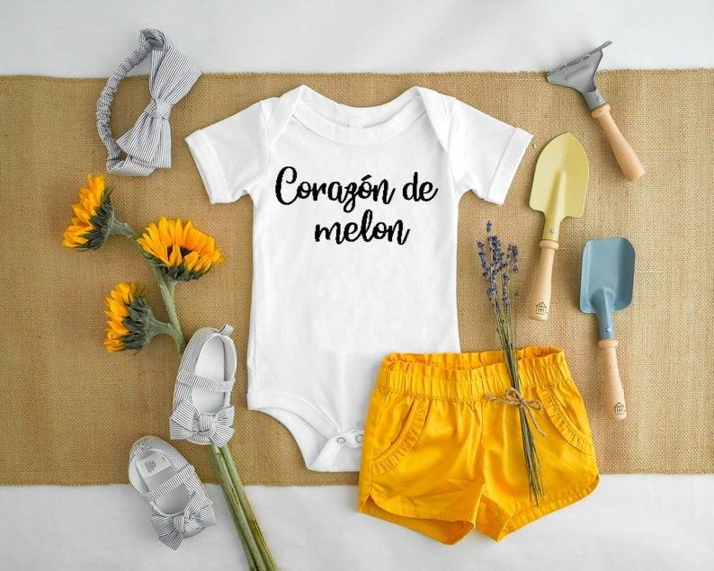 Corazon De Melon, Camisas Con Frases, Camisas Para Bebe, Camisas Para Nino, Camisetas Personalizadas, Ropa Para Bebe, Spanish Bodysuit #birthdayoutfit