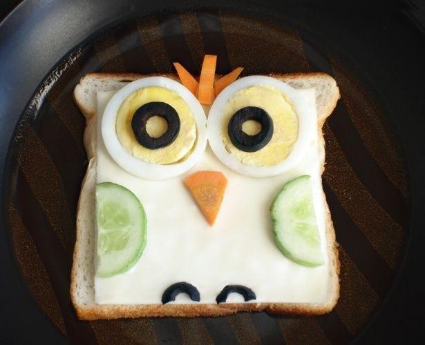 Que tal uma coruja feita de pão de forma, queijo, fatias de pepino, ovos, cenoura e azeitonas pretas? A ideia desse sanduíche é do blog Little Food Junction (www.littlefoodjunction.blogspot.in/)
