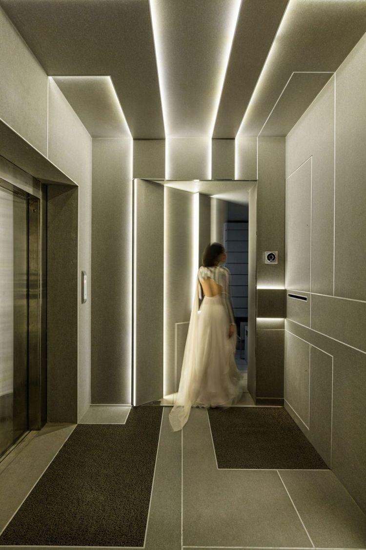 Indirekte Led Beleuchtung Durch Lichtpaneele Im Modernen Haus Futuristisches Interieur Abgehangte Decke Design Und Deckenarchitektur