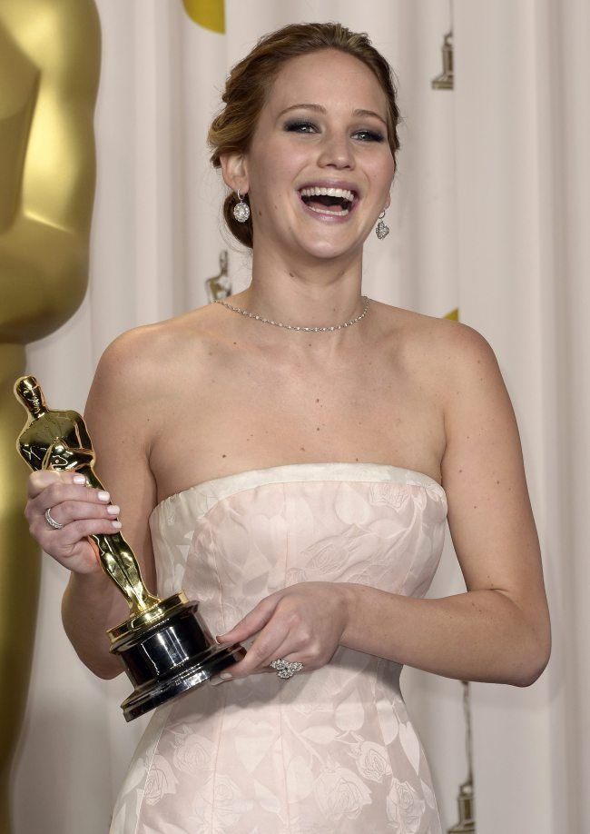 Jennifer Lawrence laughing with Oscar | Jennifer lawrence ...