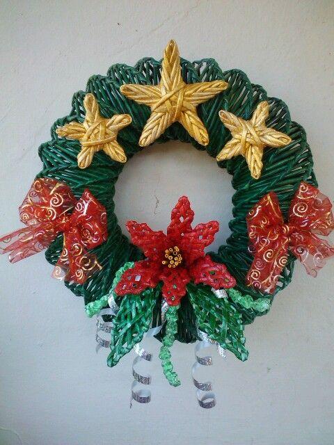 Corona de navidad de periodico cesteria en papel - Adornos de navidad con papel ...