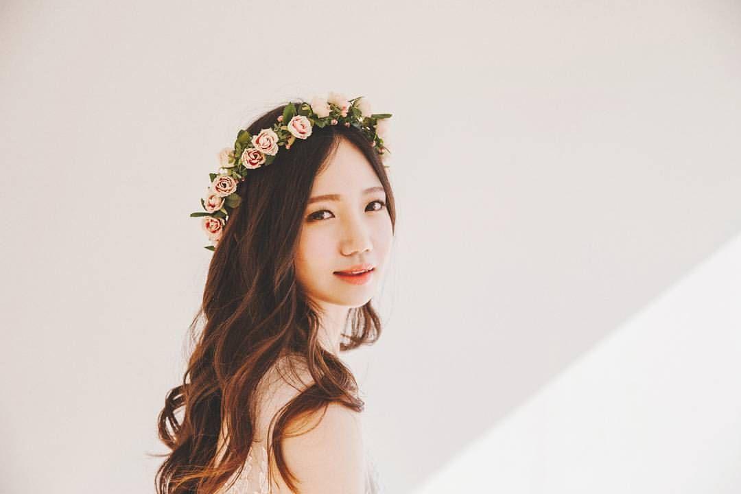Pink rose crown  - Photographed by Claire  Studio: @noho_studio  Model: @keemnayoung  #사진#캐논#canon#korea#portrait#snap#model#wedding#스냅#스냅사진#인물사진#프로필사진#모델#출사#개인촬영#촬영#감성사진#감성#봄#꽃#개인화보#셀프웨딩#셀프웨딩촬영#화관#부케#소품#웨딩#웨딩촬영#클레어스냅#노호스튜디오